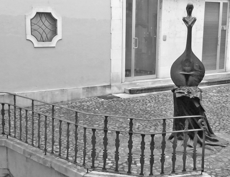 """Esclarecimento sobre a escultura """"Guitarra de Coimbra"""""""
